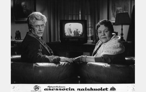 Asessori Alfred Haaravirta (Hannes Häyrinen) ja hänen nuoruudenrakastettunsa Matilda Bybom (Elna Hellman).