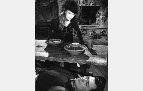 Barbara (Elina Pohjanpää) ja Paul (Sakari Jurkka).