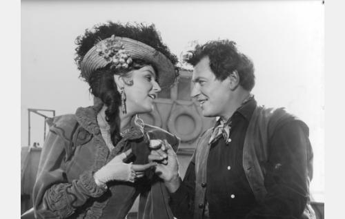 Kasakkaeverstin rouva Nina (Assi Nortia) ja kulkuri-Paul (Sakari Jurkka).