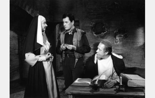 Sisar Teresia (Mirja Karisto), Paul (Sakari Jurkka) ja isä Grigori (Armas Jokio).