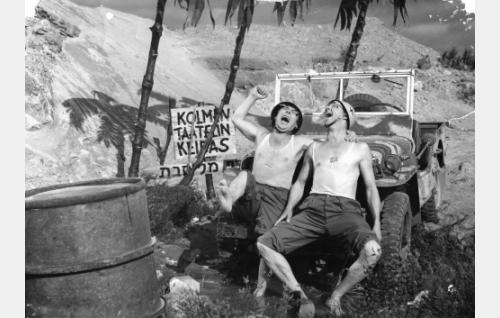 YK-sotilaat Pätkä (Masa Niemi, vas.) ja Pekka (Esa Pakarinen) kolmen Taatelin keitaalla Suezilla. Kohtaus on kuvattu Ruduksen hiekkakuopilla Helsingin mlk:n Hakkilassa.