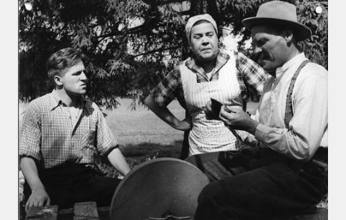 Pienviljelijä Aaltosen perhe vasemmalta: Heikki Hemminki (Veikko Sinisalo), Mimmi (Siiri Angerkoski) ja Hemminki (Uljas Kandolin).