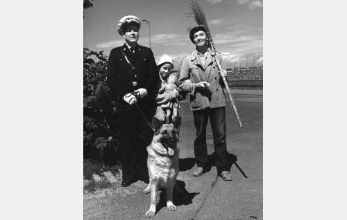 Konstaapeli Rinne (Kauko Kokkonen), luutatyttö Liisa Salminen (Riitta Hämäläinen), Maailman-Petteri (Leo Lähteenmäki) ja Musti-koira (Lida).