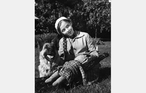 Pieni luutatyttö Liisa Salminen (Riitta Hämäläinen) ja Musti-koira (Lida).