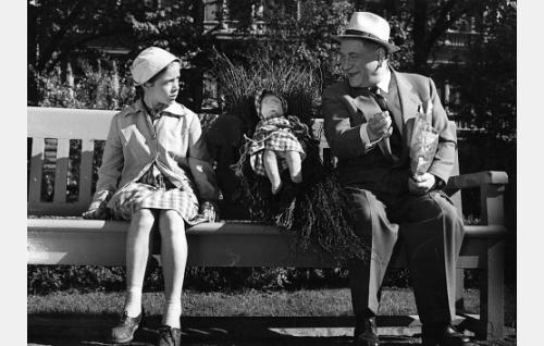 Luutatyttö Liisa (Riitta Hämäläinen) kohtaa puistossa namuja tarjoavan Juliuksen (Oiva Sala).