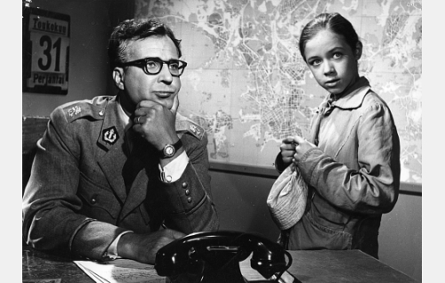 Komisario (Helge Herala) ja Liisa (Riitta Hämäläinen).