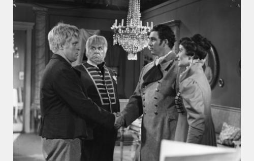 Kersantti Tuuva on saanut poikansa pestatuksi sotaväkeen. Kapteeni Dunckerin virkatalon salissa vas. Sven Tuuva (Veikko Sinisalo), kersantti Tuuva (Edvin Laine), kapteeni Duncker (Kauko Helovirta) ja rouva Maria Charlotta Duncker (Mirjam Novero).