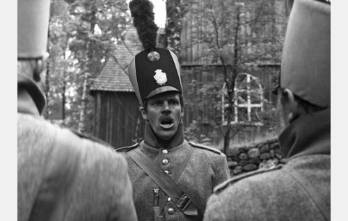 Jääkäri Spets (Tommi Rinne) ojentaa joukkojaan.
