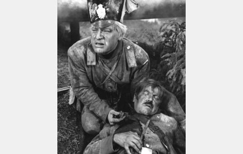 Sven Tuuva (Veikko Sinisalo) suree kaatunutta korpraali Örniä (Aarne Laine).