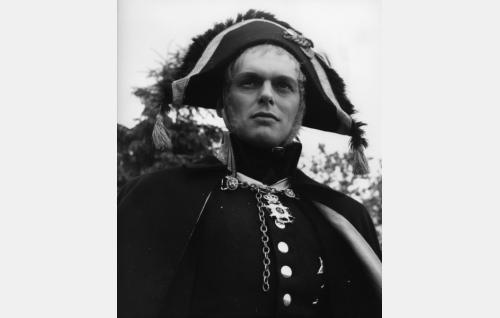Kenraali Sandels (Leif Wager).