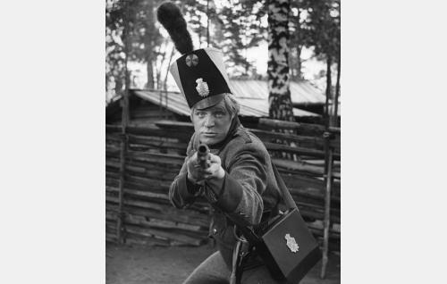 Sotamies Sven Tuuva (Veikko Sinisalo) kirkonmäen äksiisiharjoituksissa.