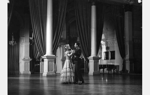 Nuori Carolus (Pentti Siimes) tanssii rakastettunsa Amelien (Hillevi Lagerstam) kanssa.