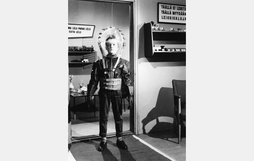Pisamanaama (Harri Turunen) on naamioitunut avaruusmieheksi.