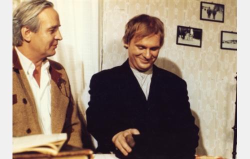 2. kirkkoherra (Kosti Klemelä) ja Vikke Nilo 12-vuotiaana (Torsti Kovaleff).