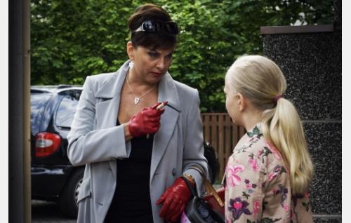 Adan täti Marja-Leena (Satu Silvo) ja Ada 9-vuotiaana (Jessica Penttilä). Kuva: Jami Granström.