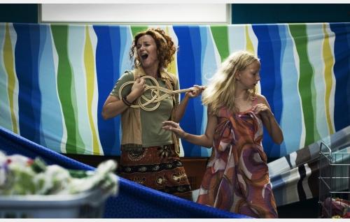 Hanna (Meri Nenonen) ja Ada (Jessica Penttilä). Kuva: Jami Granström.
