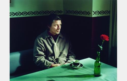Koistinen (Janne Hyytiäinen) juhlii vankilasta vapautumistaan.