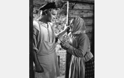 Mylly-Pentti (Martti Kuningas) ja kylän juoruämmä Sohvi (Elvi Saarnio).