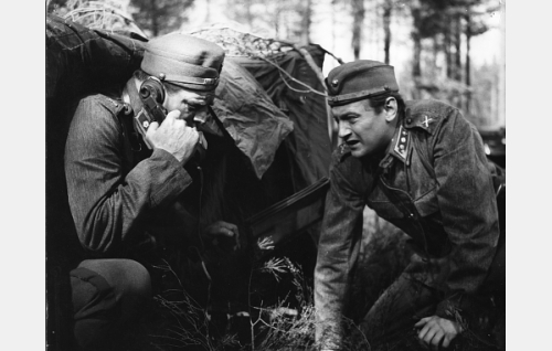 Elokuvan alkua: majuri Rolf Bergas (Tauno Palo) ja kapteeni Viktor Aaltona (Jussi Jurkka) taistelutilanteessa.