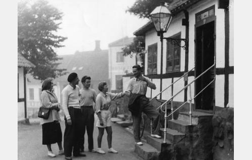 Suomalaiset purjehtijat Bornholmilla. Baskeripäinen mies on Maunu Kurkvaara. Hänen oikealla puolellaan Toivo Reinikka, rappusilla Kalle Vuori. Naiset kuvassa ovat Monica Dahl ja Sirkka Kahakoski.