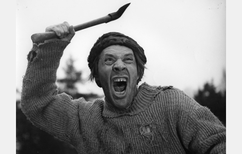 Topi Romppanen (Holger Salin) uhmaa karhua.