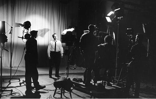 Juha Eirto laulaa. Vasemmalla ohjaaja Jack Witikka, kameran takana istuu kuvaaja Kalle Peronkoski. Peronkosken vasemmalla puolella kamera-assistentti Olavi Aaltonen.