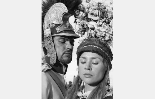 Itävaltalainen upseeri (Folke Sundquist) ja Hanka (Harriet Andersson).