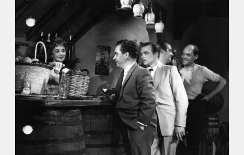 Mademoiselle Mimin (Marjatta Kallio) luokse jonottavat konnat vasemmalta: Leo Jokela, Veikko Mård, Aarne Tarkas ja Uljas Kandolin.