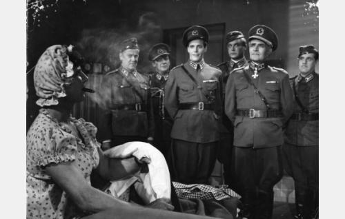 Kapteeni Tauno Routa (Helge Herala) on pukeutunut Tildaksi ja päätynyt varuskunnan sairaalaan. Tilannetta ihmettelevät majuri Helminen (Aarne Laine, vas.), kenraalin adjutantti (Osmo Pöntinen), kapteeniksi pukeutunut sotamies Pöntinen (Tommi Rinne), kapteeni Heikki Virta (Kullervo Kalske), kenraalimajuri (Santeri Karilo) ja lääkintäkapteeni Turve (Pentti Irjala).