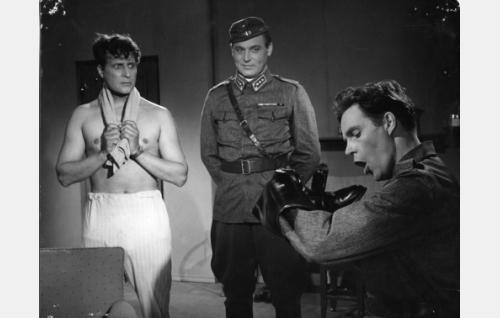 Kapteenit Routa (Helge Herala) ja Virta (Kullervo Kalske) seuraavat sotamies Pöntisen (Tommi Rinne) puuhia.