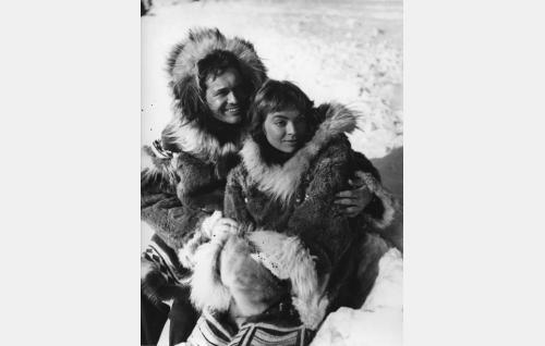 Saksalainen tohtori Peter Holm (Carl Möhner) ja sääaseman hoitajan tytär Ara (Anneli Sauli).