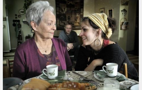 Martta (Anneli Sauli) ja Emmi (Jenni Banerjee), taustalla Make (Sampo Sarkola). Kuva: Johanna Onnismaa.