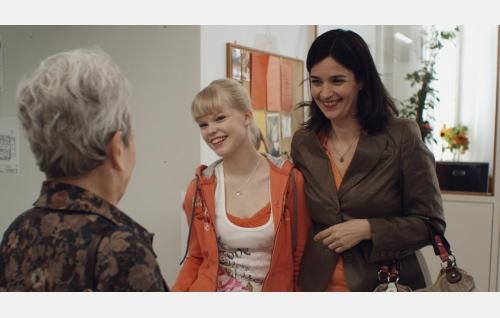 Martta (Anneli Sauli, selin), Noora (Rosa Salomaa) ja Anu (Johanna af Schultén). Kuva: Johanna Onnismaa.