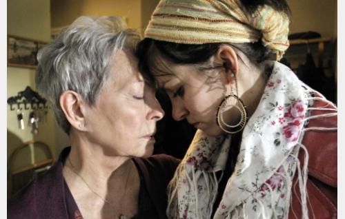 Martta (Anneli Sauli) ja Emmi (Jenni Banerjee). Kuva: Johanna Onnismaa.