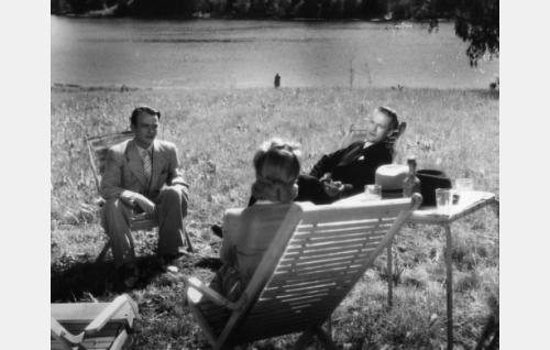 Selin istumassa Lea Joutseno, häntä vastapäätä Tapio Nurkka ja Tauno Majuri.