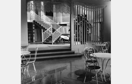 Aarre Koiviston lavastama kesähotellin aula.