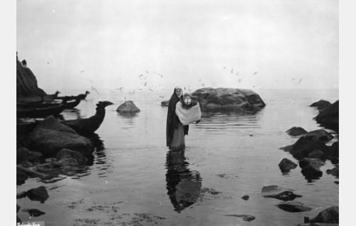 Lemminkäisen äiti (Ada Voitsik) kantaa poikansa (Ivan Voronov) meren yli.
