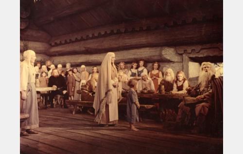Kalevalassa vietetään Annikin ja Lemminkäisen häitä.