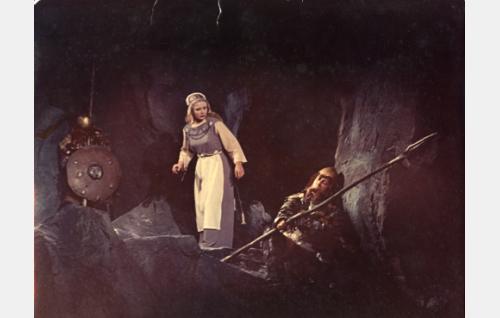 Annikki (Eve Kivi) Pohjolan emännän luolassa.