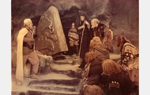 Lemminkäinen (Andris Oshin) uhmaa Pohjolan emäntää Louhia (Anna Orotsko).