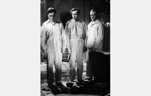 Petäjämaan veljekset Reino (Ekke Hämäläinen), Pentti (Matti Oravisto) ja Mauri (Åke Lindman) ovat löytäneet asessorisetänsä (Uuno Montonen) ruumiin.