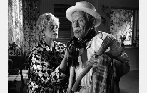 Suomisen perheen isovanhemmat, isänäiti Karin-mummu (Eine Laine) ja äidinisä Volmar-vaari (Arvo Lehesmaa).