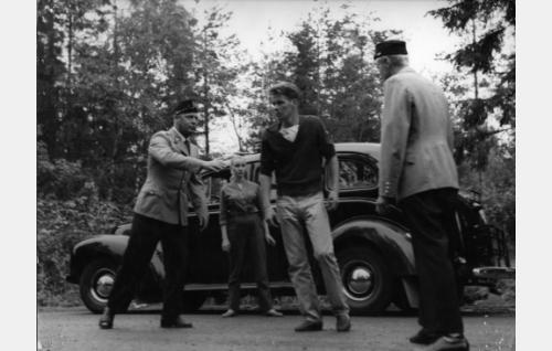 Poliisit (Kullervo Kalske, vas. ja Heikki Ritavuori) pidättävät Enskan (Antti Litja). Taustalla Ritva (Ritva Vepsä).