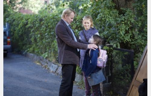 Juhani-isä (Seppo Pääkkönen), Emilia (Ada Kukkonen) ja Elsa (Anna-Leena Uotila). Kuva: Solar Films / Jani Häkli.