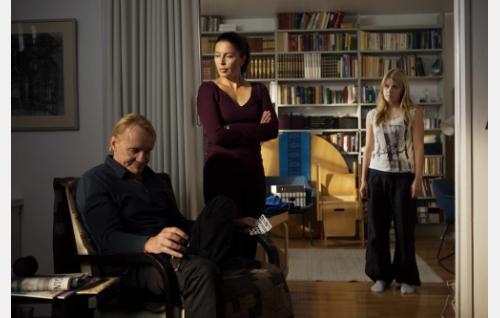 Juhani (Seppo Pääkkönen), Tuula (Kristiina Halttu) ja Emilia (Ada Kukkonen). Kuva: Solar Films / Jani Häkli.