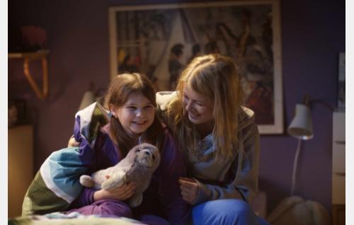 Elsa (Anna-Leena Uotila) ja Emilia (Ada Kukkonen). Kuva: Solar Films / Jani Häkli.