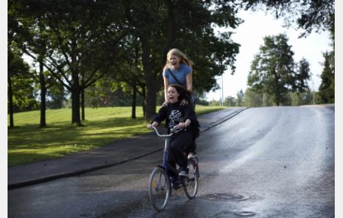 Siiri (Sara Melleri) ja Emilia (Ada Kukkonen). Kuva: Solar Films / Jani Häkli.