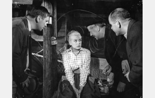 Maisteri Kataja (Leni Katajakoski) pikkurikollisten piilopaikassa seuranaan Arska (Leo Jokela, vas.), Eetu (Aarne Laine) ja Ville (Risto Mäkelä).