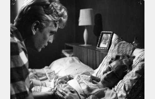 Erik Vaara (Martti Katajisto) äitinsä (Liisa Nevalainen) sairasvuoteen äärellä.
