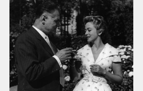 Erikin isä, arkkitehti Tauno Vaara (Tauno Palo) ja tämän rakastajatar Kirsti Ström (Gunvor Sandkvist).